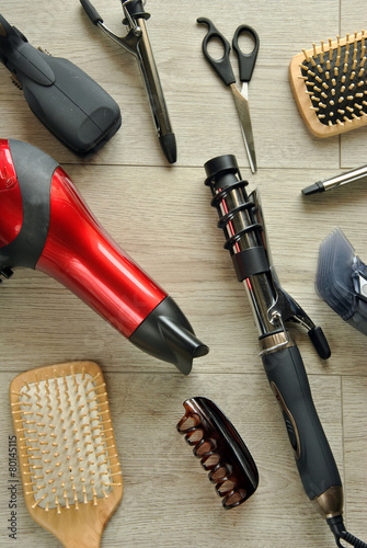 Photo  hairdressing tools on a wooden floor