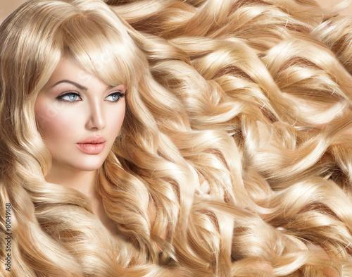 piekna-modelka-z-dlugie-krecone-blond-wlosy