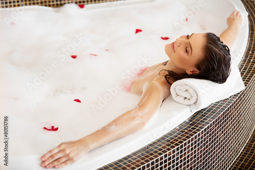 Fotografia Woman Relaxing in Bubble Bath With Rose Petals. Body Care