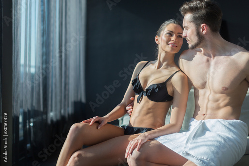 Photo  Beautiful couple being in love on their honeymoon in a luxurious