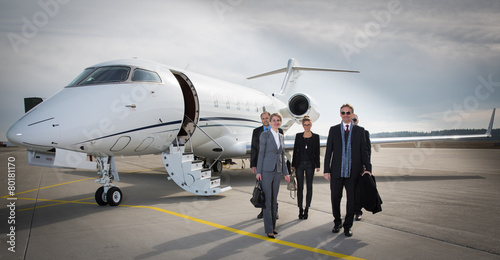 Valokuva executive business team leaving corporate jet