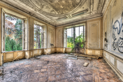 Foto auf Leinwand Schloss Derelict luxurious room in an abandoned manor