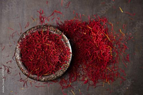 Montage in der Fensternische Gewürze saffron spice threads and powder in vintage iron dish