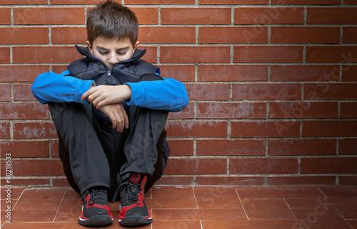 Fotografía  Bambino seduto da en solitario
