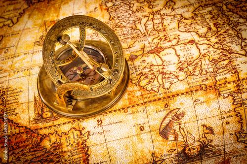 In de dag Retro Vintage compass lies on an ancient world map.