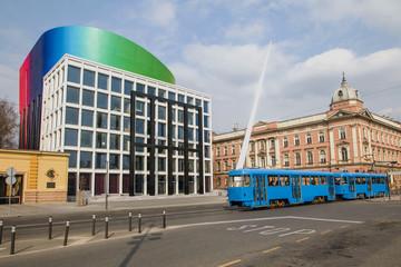 Tramvaj prolazi pored zgrade glazbene akademije u Zagrebu, Hrvatska