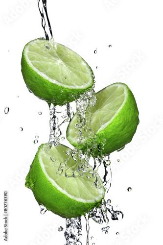 trzy-plasterki-limonki-zalane-woda