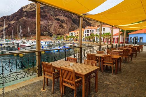 Foto auf AluDibond Gezeichnet Straßenkaffee Reataurant tables in beutiful port, Madeira island, Portugal