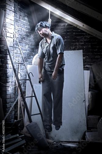 Fototapeta  Muž je pověšen v podkroví