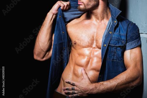 Fotomural Cuerpo perfecto y atractivo del hombre joven