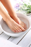 Fototapeta Fototapety do łazienki - Relaksacyjna kąpiel stóp, chwila wytchnienia