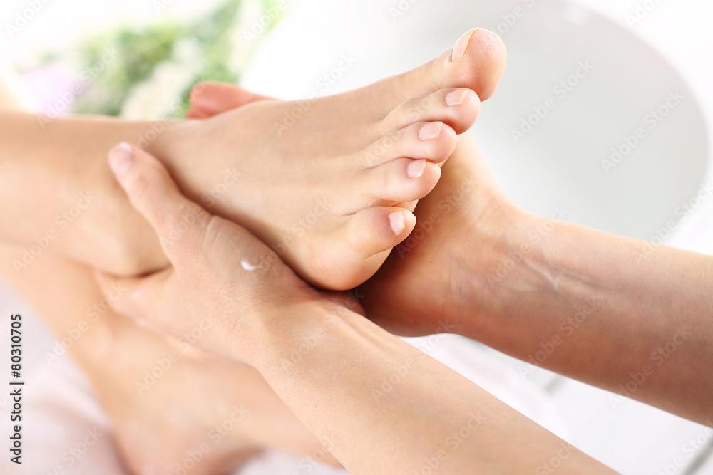 Fototapeta Masaż stóp, kobieta u kosmetyczki