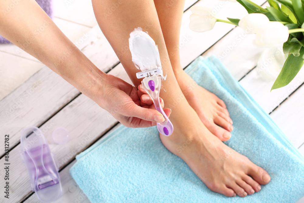 Fototapeta Depilacja, kobieta goli nogi