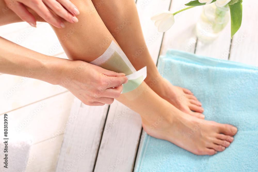 Fototapeta Depilacja nóg woskiem