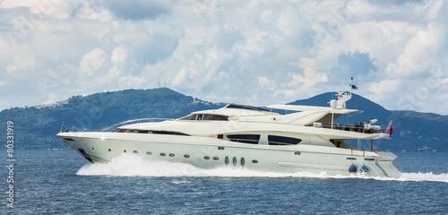 luksusowy-jacht-motorowy-w-trakcie-podrozy