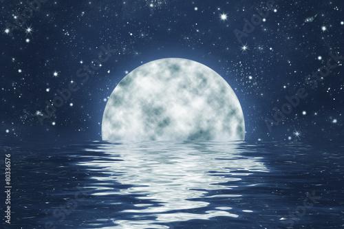 Fotografie, Tablou  Vollmond an Sternen Himmel mit Spiegelung in Wasser, Hintergrund