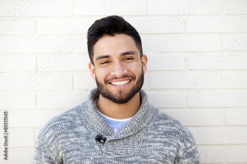 Retrato de joven con barba mirando a cámara