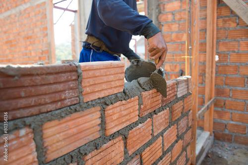 Fotografía  Trabajador de construcción de viviendas de mampostería wal