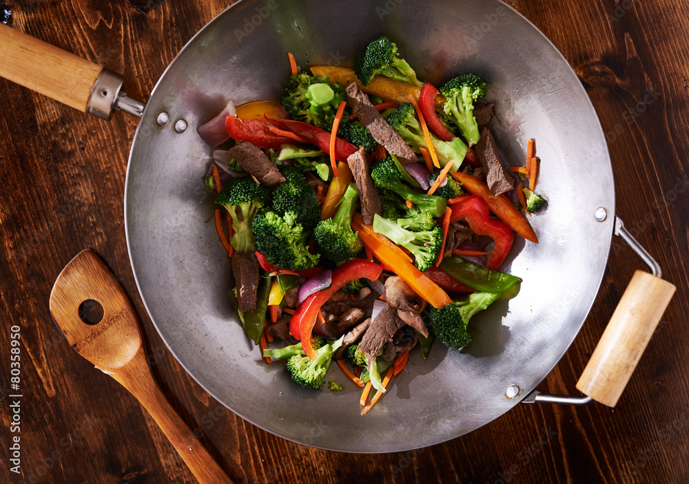 Fotografia asian wok stir fry shot from over head