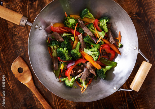 Foto  asian wok stir fry shot from over head