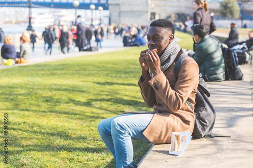 Photo  Young man having lunch break in London