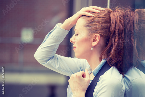 Fotografía  Stressed sad young woman outdoors. Urban life style stress