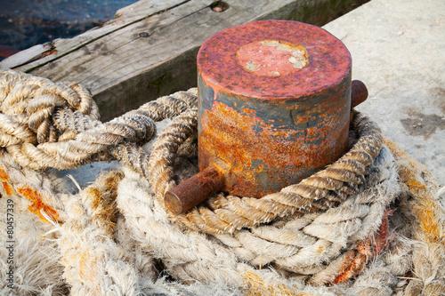 Keuken foto achterwand Schip Old rusted mooring bollard with naval ropes