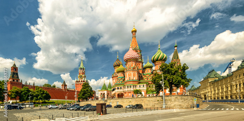 In de dag Moskou St. Basil`s Cathedral with Kremlin, Moscow