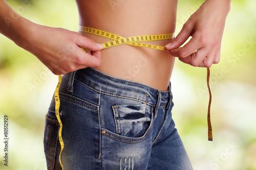 Fotografia  Dieta - kobieta z miarką