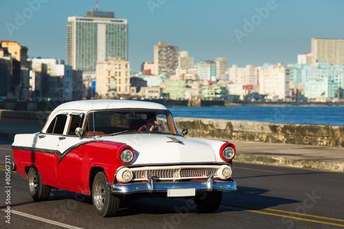 hawana-26-lutego-klasyczny-samochod-i-zabytkowe-budynki-w-lutym