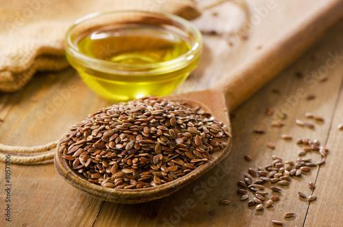 Obraz Brown flax seeds on a spoon - fototapety do salonu