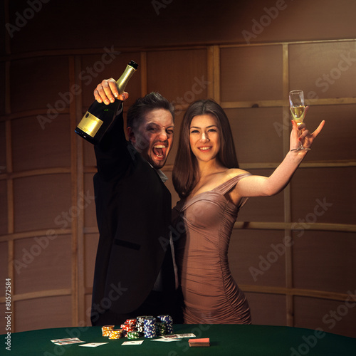 Photo  Beautiful couple celebrating victory in poker game