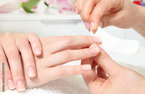 Tuinposter Manicure Fingernägel feilen