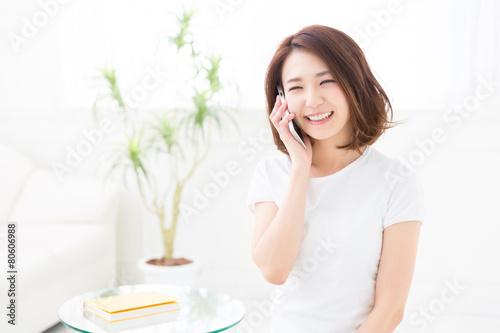 Fotografía  部屋で電話をする女性
