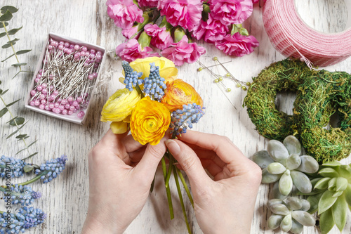Spoed Foto op Canvas Iris Florist making bouquet of ranunculus flowers