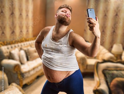 Fotomural Fat glamour man takes selfie