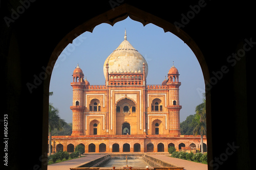 Tuinposter Delhi Tomb of Safdarjung seen from main gateway, New Delhi, India