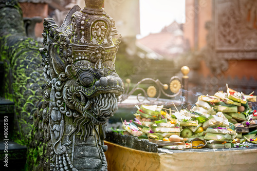 In de dag Bali Temple offerings to Hindu God, Bali, Indonesia