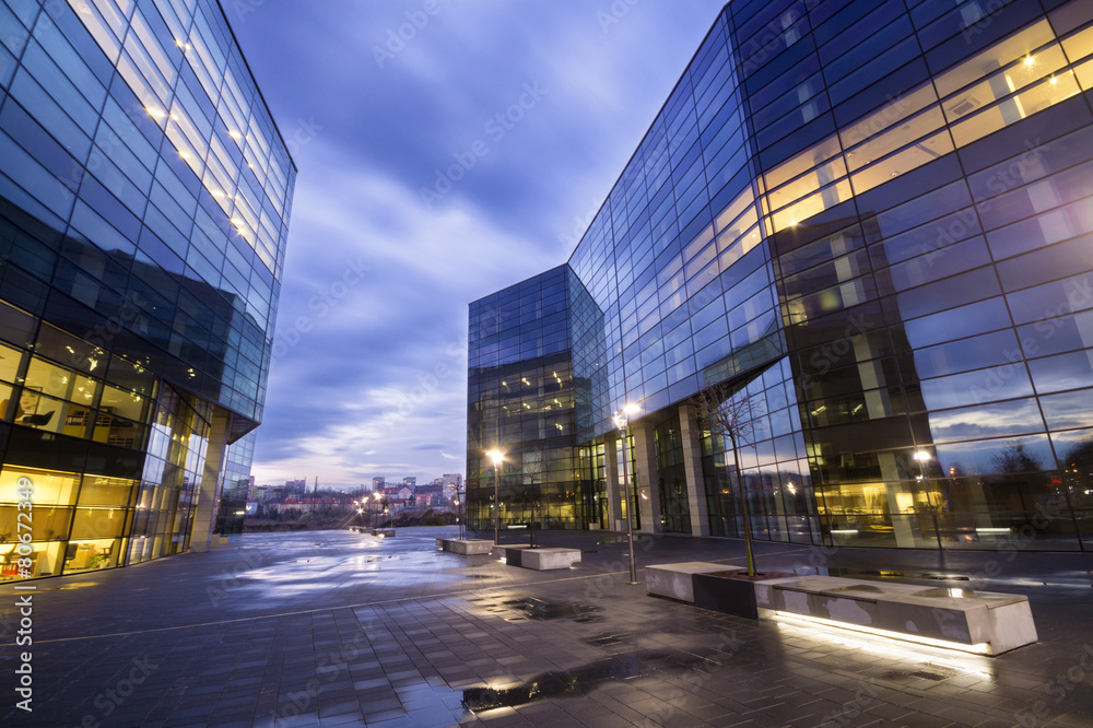 Obraz Nowoczesne budynki biurowe nocą fototapeta, plakat