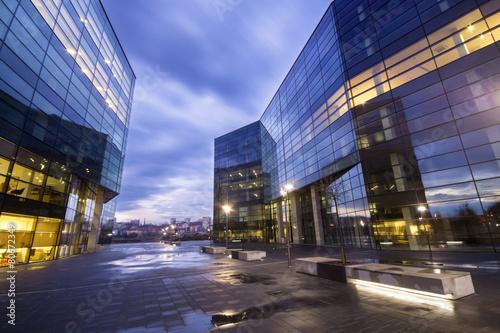 Fototapeta Nowoczesne budynki biurowe nocą obraz