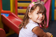 Lächelndes Mädchen im Kindergarten