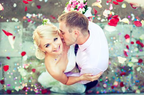 Fotografía  El par hermoso de la boda, el novio besa a la novia