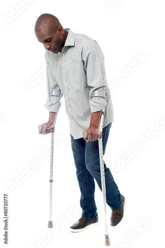 Photo Young man with crutches trying to walk