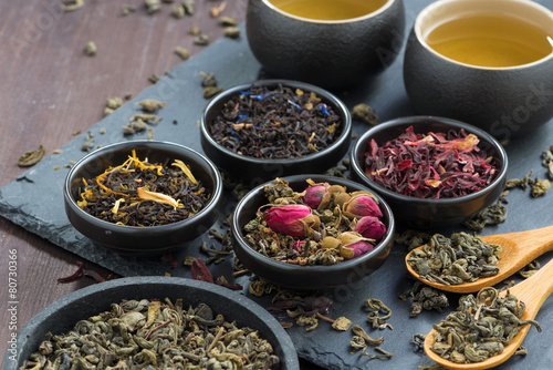 Spoed Foto op Canvas koffiebar assortment of fragrant dried teas and green tea, close-up