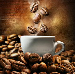 Panel Szklany Do kawiarni Cup of coffee with beans on dark background