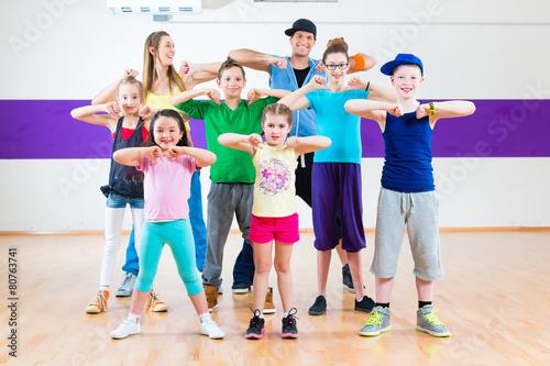 Fototapeten Tanzschule Tanzlehrer gibt Kindertanzen Zumba Fitness in Tanzstudio
