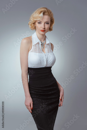 Photo  Pin-up girl young and beautiful woman portrait on gray