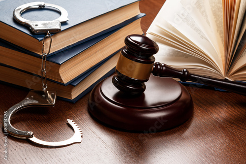 Fotomural  Gavel, books and handcuffs