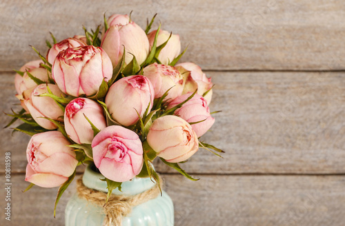 Foto-Leinwand ohne Rahmen - Bouquet of pink roses in turquoise ceramic vase (von agneskantaruk)