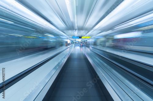 fototapeta na szkło Niewyraźne ruch wzdłuż lotniska chodnik